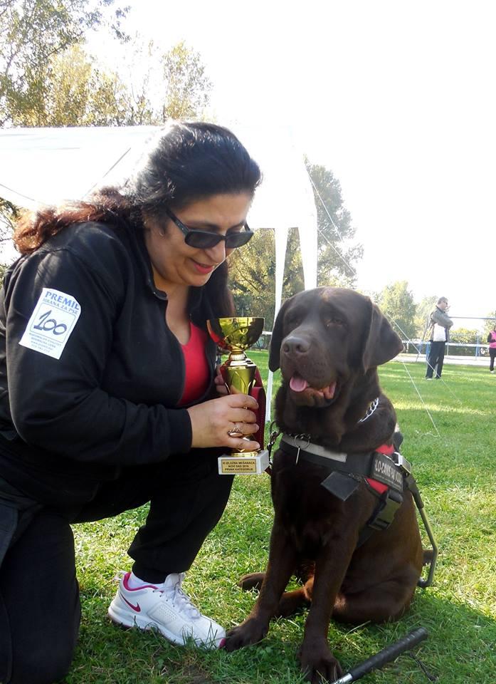 Vesna Nestorović i njen čokoladni labrador Astor, prvi vodič za slepe i slabovide u Srbiji